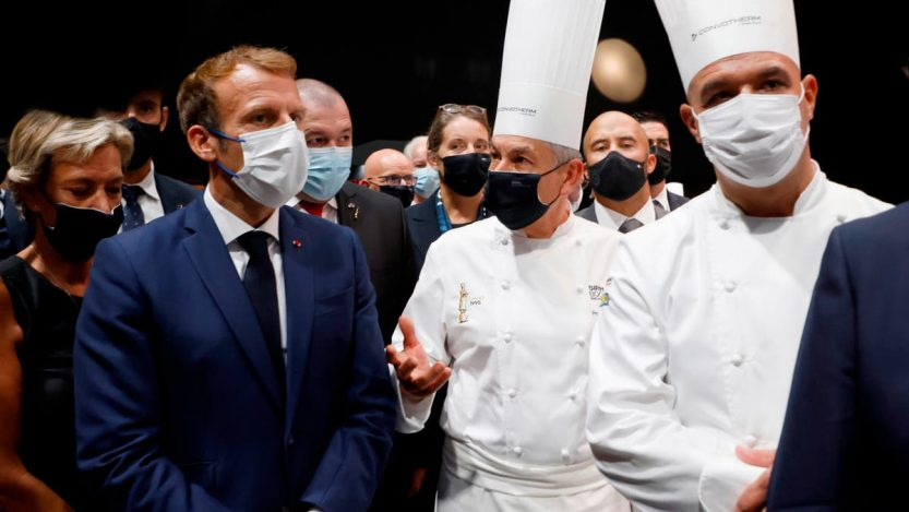 Un œuf sur Macron lors d'un salon de l'alimentation