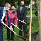 Un des enjeu de l'élection allemande : l'écologie. La chancelière allemande Angela Merkel, le major de Templin Detlef Tabbert et Franz-Christoph Michel participent à un événement de plantation d'arbres lors des célébrations du 750e anniversaire de la ville à Burgergarten, Templin, Allemagne, le 10 septembre 2021.