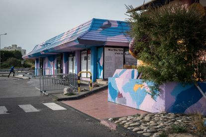 Le McDonald's a été transformé en quartier Saint-Barthélemie de Marseille, un centre de distribution sociale et alimentaire.